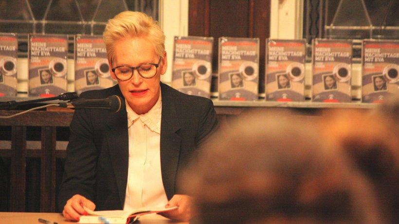 Moderatorin Bärbel Schäfer liest aus Auschwitz-Buch